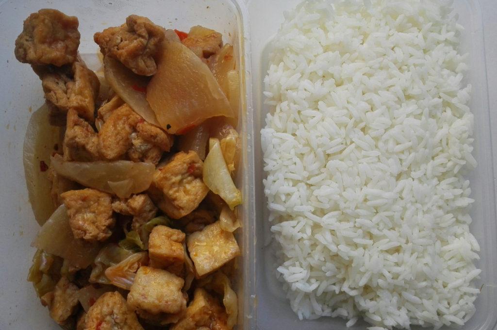 Paistettua tofua ja sekavihanneksi papukastikkeessa Töölön Lime Tree -ravintolasta, 5,50 e. Iso annos eli riisiä lähes 300 grammaa ja tofuannoksen paino lähes 400 grammaa.