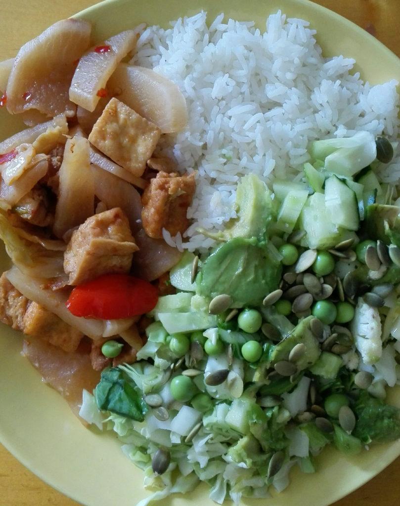 Lime Treen annoksesta sai hyvin kaksi ateriaa, kun höysti sen salaatilla. Eli tässä kuvassa puolet rasioiden riisistä ja tofusta, lisäksi kotona tehty salaatti (varhaiskaalia, avomaankurkkua, kukkakaalia, herneitä, avokadoa, kurpitsansiemeniä, oliiviöljyä.)