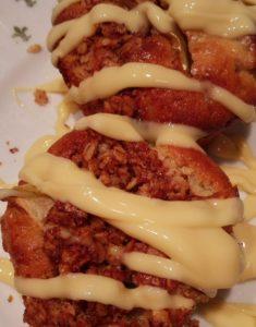 Vegaaniset omenamuffinit voi höystää kaurapohjaisella vaniljakastikkeella. Nam, ite tein!